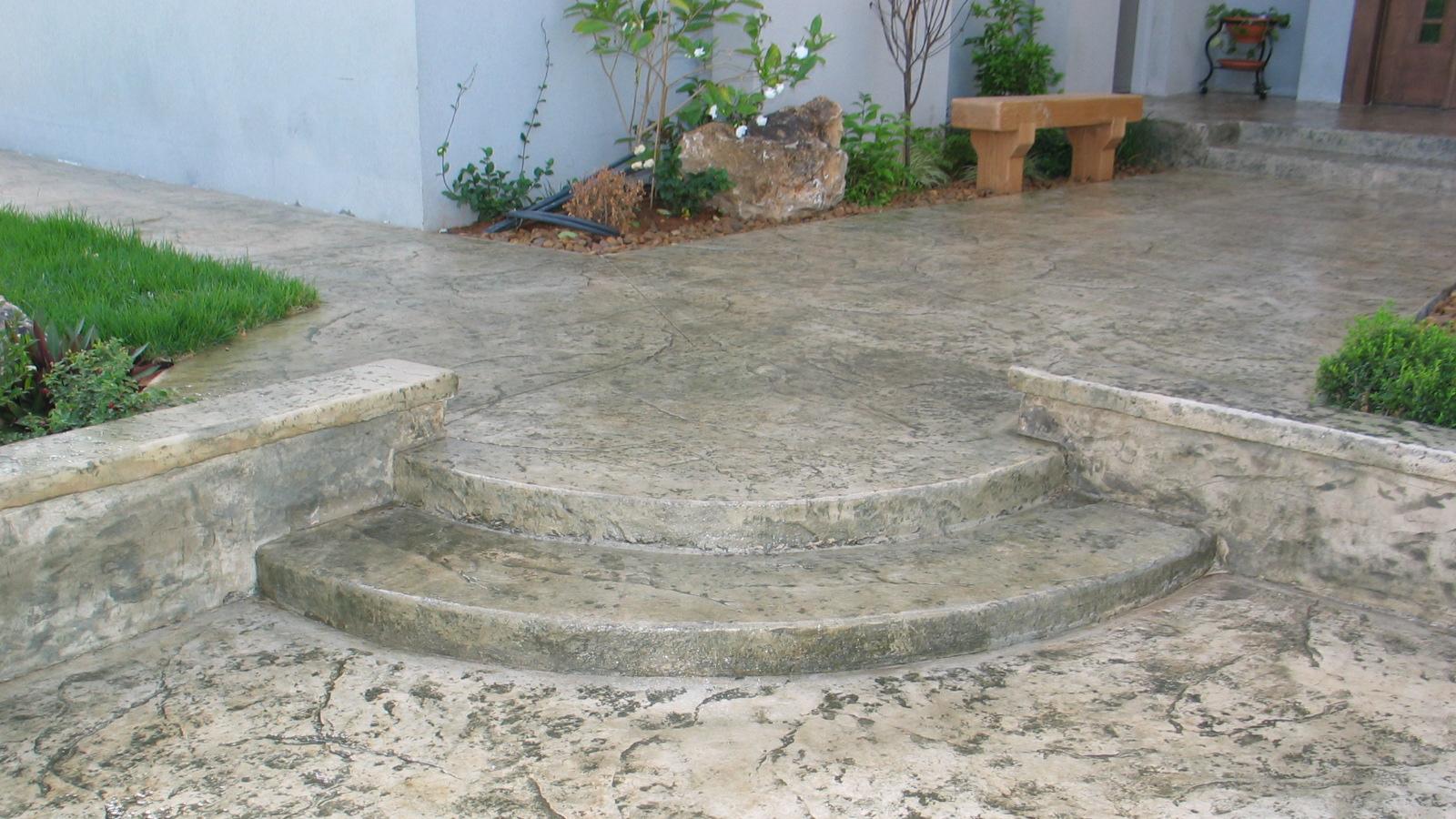 מדרגות וספסלים בטון מוטבע