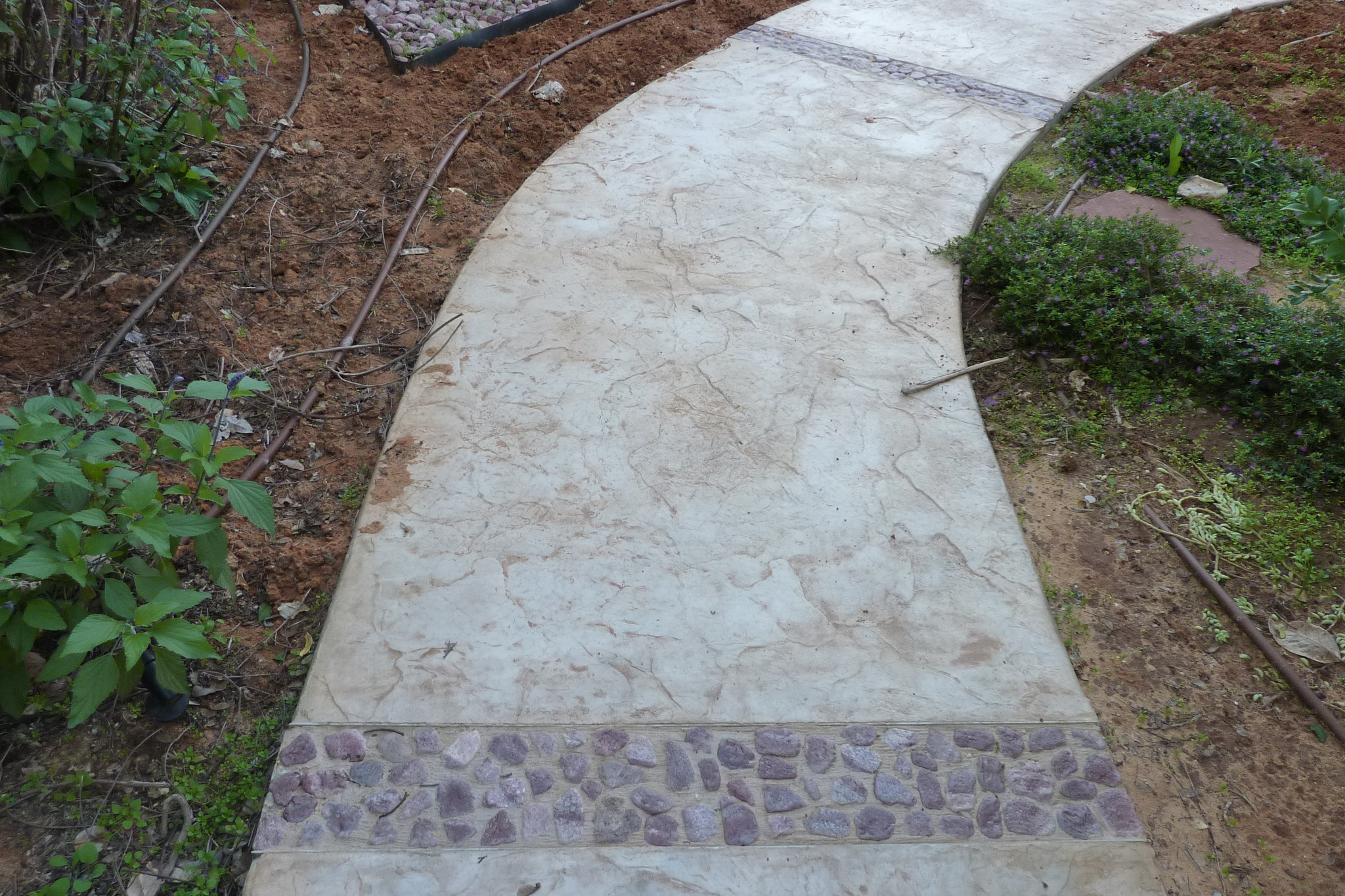 ריצוף בטון מוטבע וחלוקי נחל מוטבעים בבטון