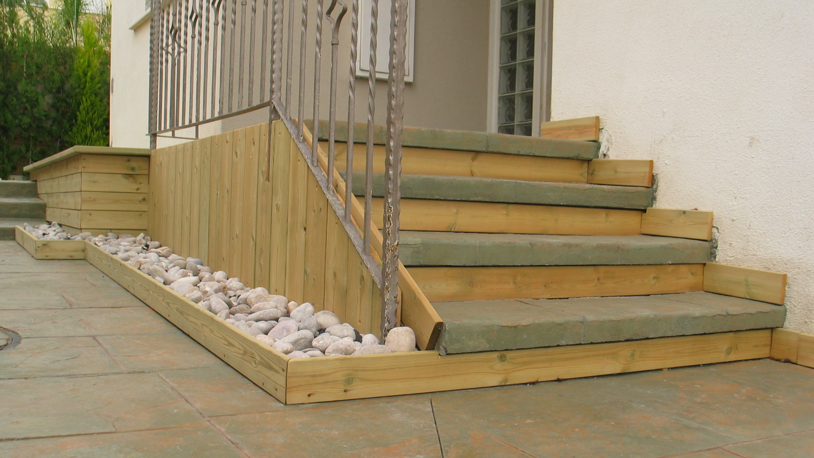 מדרגות בטון מוטבע משולבות עץ אמתי