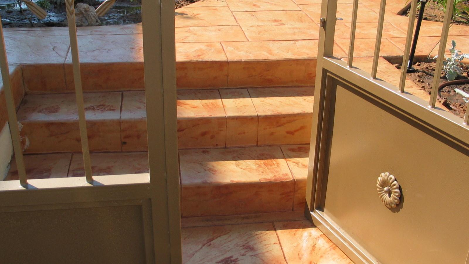 מדרגות בטון צבוע מוטבע
