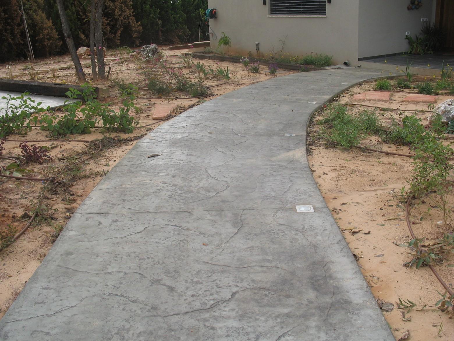ריצוף בטון מוטבע דמוי סלע פראי