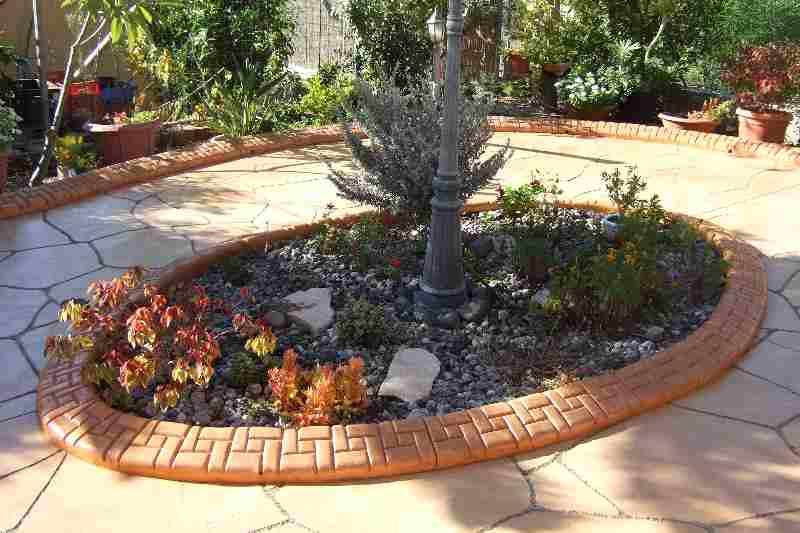 תוחם דשא מבטון יצוק בגינה