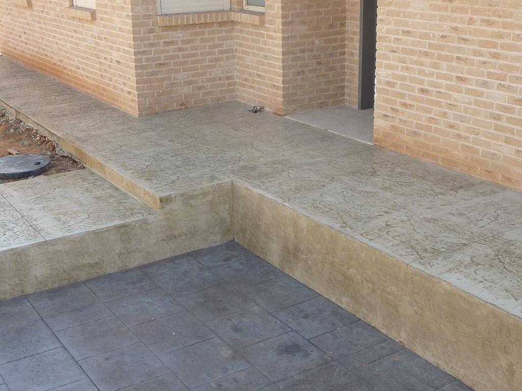 ריצוף בטון מוטבע כולל חיפוי קיר