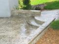 מדרגות מעוגלות וספסל ישיבה