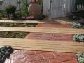 דק עץ אמיתי חודר לתוך ריצוף בטון מוטבע