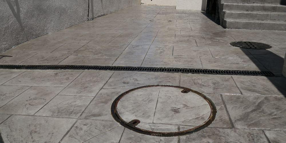 מכסה שוחת ביוב משולב בריצוף בטון מוטבע