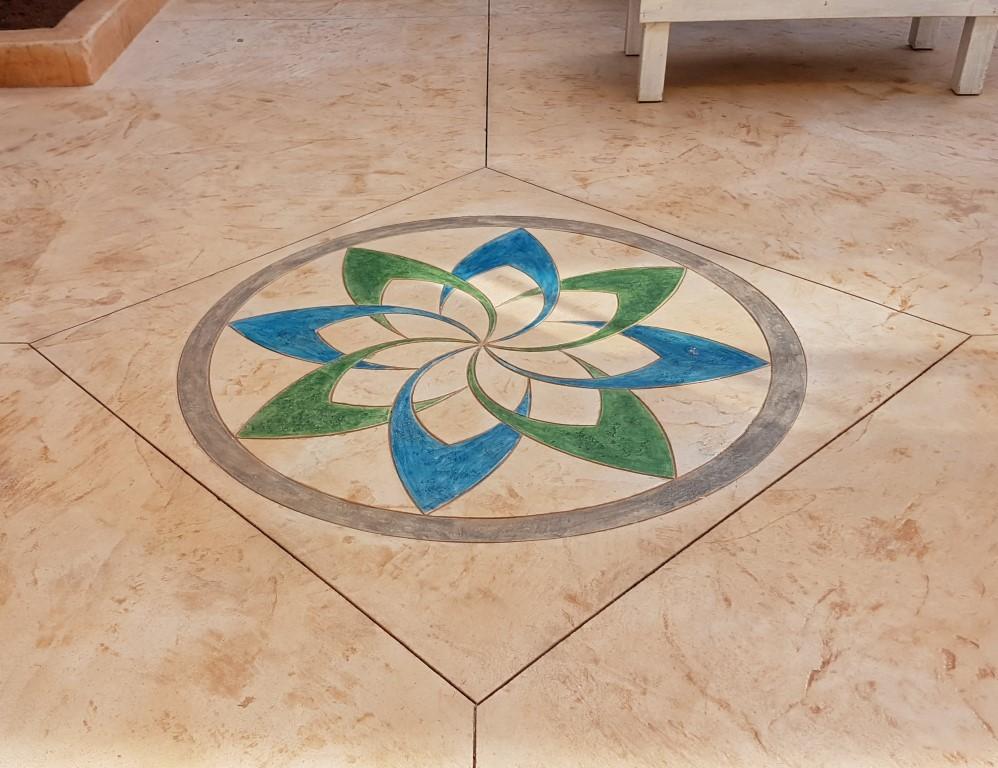 מדליון בטון מוטבע בצורת פרח